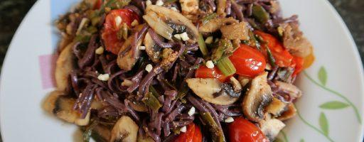 אטריות אורז שחור עם ירקות מוקפצים בשמן שומשום וליים