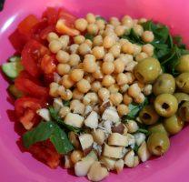 סלט ירקות וגרגרי חומוס – הכי פשוט בעולם