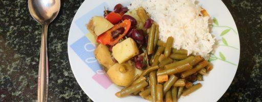 תבשיל תפוחי אדמה ושעועית אדומה לצד שעועית ירוקה ברוטב