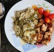 קינואה עם ירקות בלימון וטופו בחמאת בוטנים