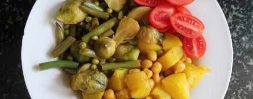 תפוחי אדמה וגרגרי חומוס צהובים לצד ירקות ירוקים בלימון וסויה