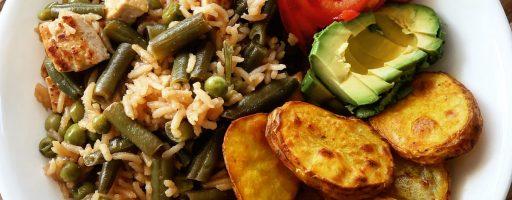 מוקפץ טופו, אורז וירקות עם תפוחי אדמה אפויים