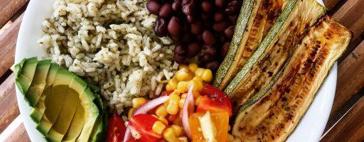 אורז ירוק עם שעועית שחורה וקישואים אפויים