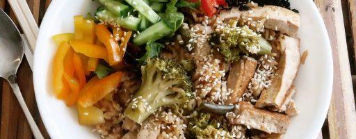 טופו, ברוקולי ושעועית ירוקה עם אורז ורוטב סויה